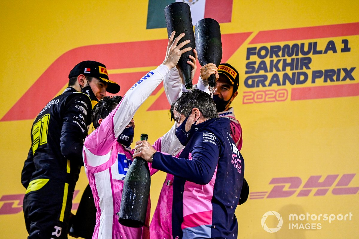 Podio: ganador de la carrera Sergio Pérez, Racing Point, segundo lugar Esteban Ocon, Renault F1, tercer lugar Lance Stroll, Racing Point, y Andy Stevenson, Director Deportivo, Racing Point