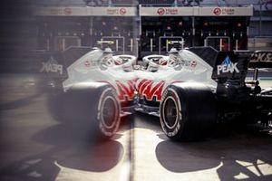 Kevin Magnussen, Haas VF-20, leaves the garage