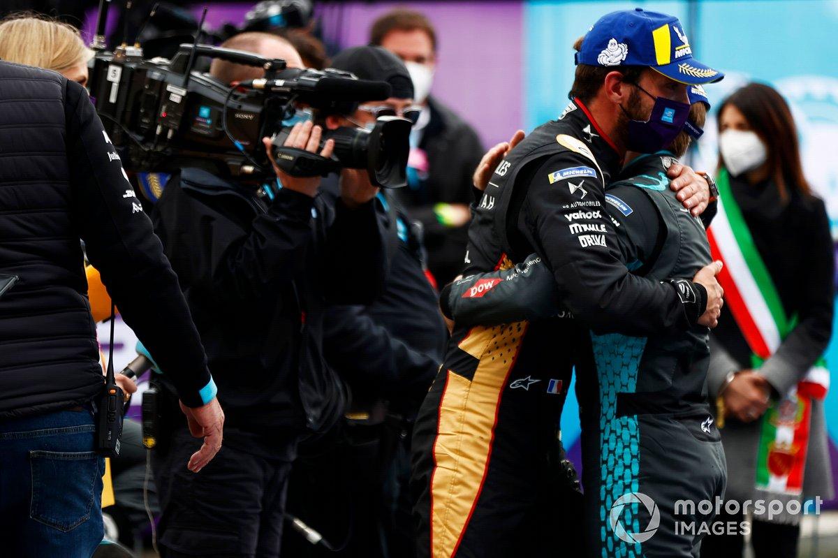 Jean-Eric Vergne, DS Techeetah, celebra su victoria con Sam Bird, Jaguar Racing, segundo clasificado