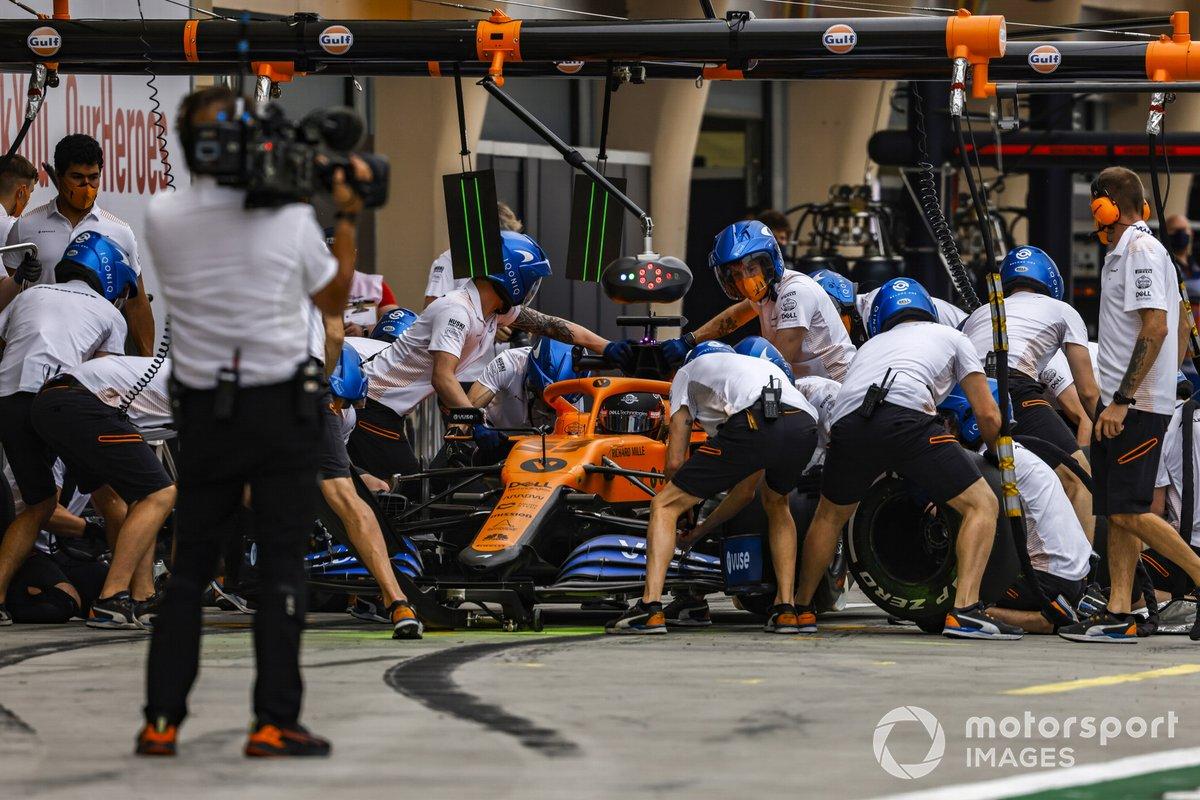 Carlos Sainz Jr., McLaren MCL35,en pits