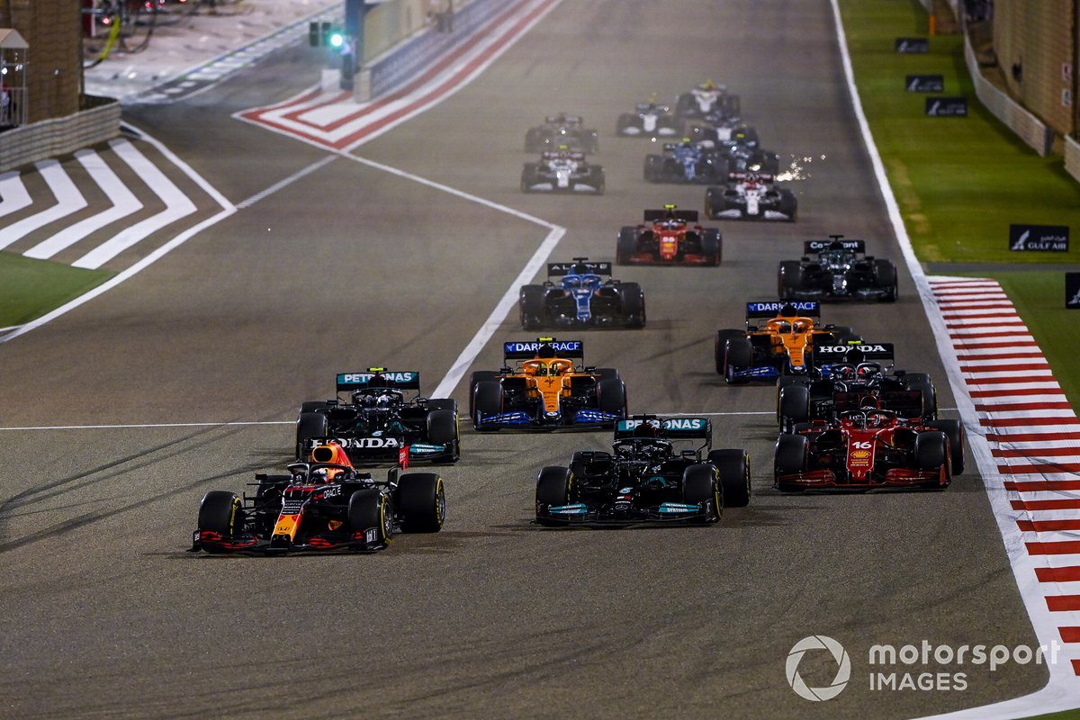 Max Verstappen, Red Bull Racing RB16B, Lewis Hamilton, Mercedes W12, Charles Leclerc, Ferrari SF21, Valtteri Bottas, Mercedes W12, Lando Norris, McLaren MCL35M e il resto delle auto alla partenza