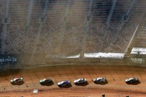 Renn-Action beim Food City Dirt Race auf dem Bristol Motor Speedway als Dirt-Track