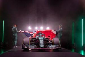 Lance Stroll, Aston Martin, y Sebastian Vettel, Aston Martin, presentan el Aston Martin AMR21