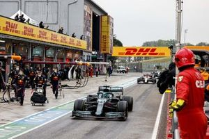 Lance Stroll, Aston Martin AMR21, Kimi Raikkonen, Alfa Romeo Racing C41, in the pit lane