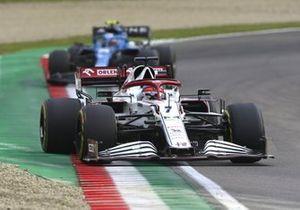 Kimi Raikkonen, Alfa Romeo Racing C41, Esteban Ocon, Alpine A521