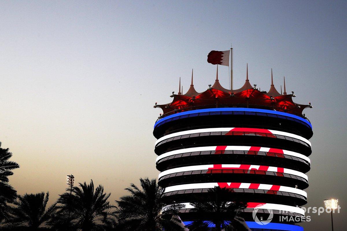 La marca Haas F1 en un edificio del circuito