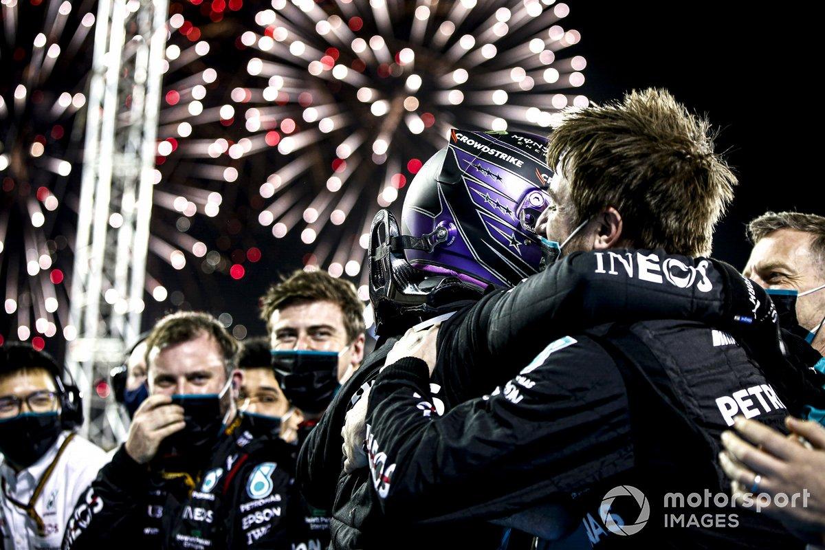 Ganador Lewis Hamilton, Mercedes, celebra con el equipo