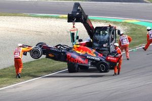 Marshals remove the car of Sergio Perez, Red Bull Racing RB16B