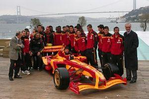 Galatasaray futbolcuları ve Galatasaray Superleague Formula aracı