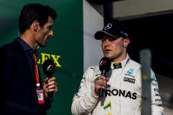 Valtteri Bottas, Mercedes AMG, troisième, est interviewé par Mark Webber sur le podium