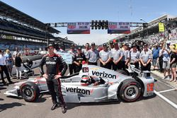 Will Power, Team Penske with crew members after winning the pit stop competition
