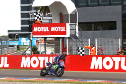 Maverick Viñales, Yamaha Factory Racing, passe le drapeau à damier