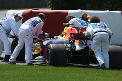 Les commissaires dégagent la voiture de Max Verstappen, Red Bull Racing RB13, après son abandon