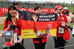 Sebastian Vettel, Ferrari fans en een spandoek