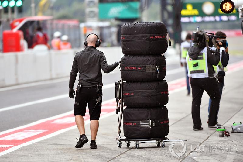Un meccanico McLaren con gli pneumatici Pirelli