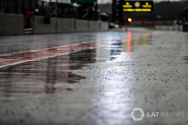 Pioggia in pit lane