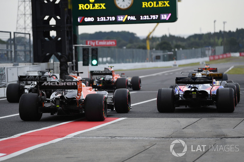 Pierre Gasly, Scuderia Toro Rosso STR12 e Fernando Alonso, McLaren MCL32