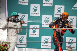 Подиум: победитель Макс Ферстаппен, Red Bull Racing, второе место – Льюис Хэмилтон, Mercedes AMG F1