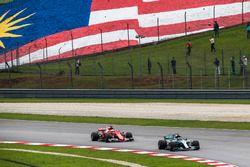 Valtteri Bottas, Mercedes-Benz F1 W08 ve Sebastian Vettel, Ferrari SF70H