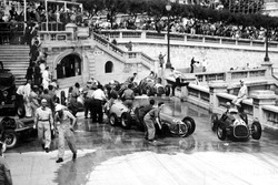 Alberto Ascari, Ferrari 125 évite l'accident survenu au virage du Bureau de tabac.
