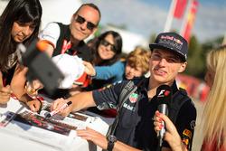 Max Verstappen, Red Bull Racing firma autógrafos para los fans