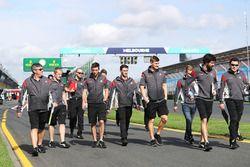 Romain Grosjean y Kevin Magnussen con miembros del equipo Haas caminan por el circuito