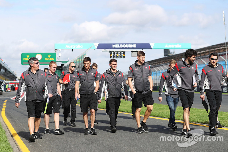 Trackwalk mit dem Team: Romain Grosjean und Kevin Magnussen, Haas F1 Team
