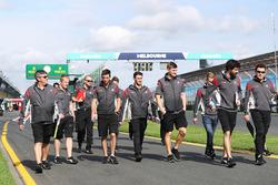 Des membres de l'équipe Haas F1, dont Romain Grosjean et Kevin Magnussen, sortent de la voie des stands pour le track walk
