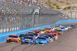 Kyle Busch, Joe Gibbs Racing Toyota, Kyle Larson, Chip Ganassi Racing Chevrolet, Chase Elliott, Hend