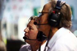 Zak Brown, McLaren Geschäftsführer mit Mansour Ojjeh, McLaren Teilhaber