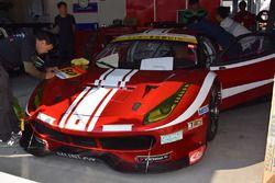 ステッカー貼りの作業が行われている#50 Ferrari 488 GT3