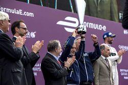 Alain Prost celebra en el podium