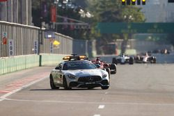 Льюис Хэмилтон, Mercedes AMG F1 W08, за автомобилем безопасности