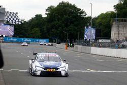 Drapeau à damiers pour Maxime Martin, BMW Team RBM, BMW M4 DTM