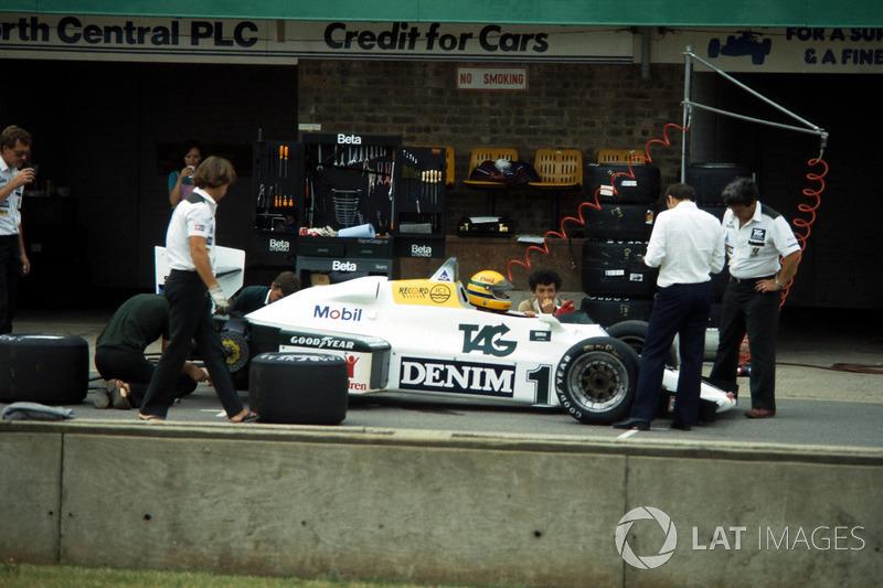 Ayrton Senna já de capacete dentro do carro