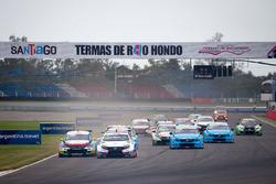 Старт гонки: лидирует Ян Эрлаше, RC Motorsport, Lada Vesta WTCC