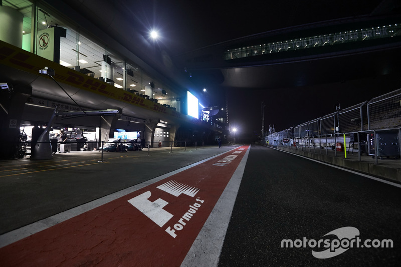 Night atmosphere in the pitlane