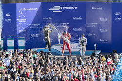 Podio: ganador de la carrera Lucas di Grassi, Audi Sport Team Abt, segundo lugar Jean-Eric Vergne, T