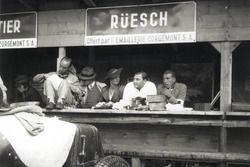 Zusammen mit Freunden verbringt Hans Rüesch 1934 eine Trainingspause in den Boxen von Bern. Vor ihm steht der Maserati 4CS, an dessen Steuer er das Rennen der