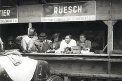 Insieme agli amici, Hans Rüesch trascorse momenti lieti ai box della gara di Berna nel 1934: di fronte a lui, la Maserati 4CS con la quale gareggiò nella categoria Voiturette (fino a 1500 cc)