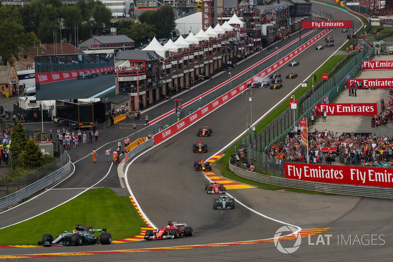 Lewis Hamilton, Mercedes-Benz F1 W08 líder al inicio mientras Esteban Ocon, Sahara Force India VJM10 y Sergio Pérez, Sahara Force India VJM10 se tocan al fondo