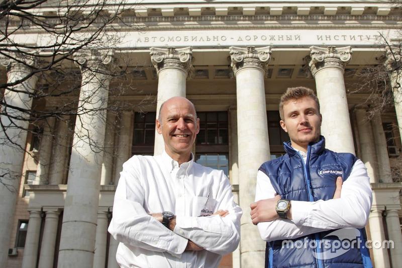 Главный конструктор Dallara Лука Пиньякка и тест-пилот Renault F1 Сергей Сироткин