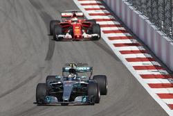 Валттери Боттас, Mercedes AMG F1 W08, и Себастьян Феттель, Ferrari SF70H