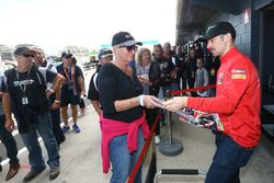 Eugene Laverty, Milwaukee Aprilia World Superbike Team avec des fans