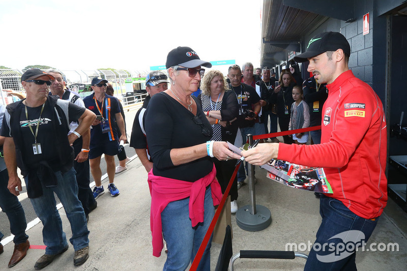Eugene Laverty, Milwaukee Aprilia World Superbike Team, mit Fans