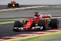 Kimi Räikkönen, Ferrari SF70H; Max Verstappen, Red Bull Racing RB13