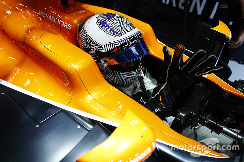 Fernando Alonso, McLaren, pone sus guantes en su cabina