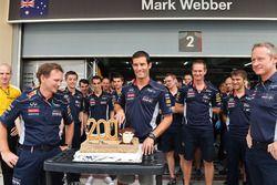 Mark Webber, Red Bull Racing festeggia la sua 200esima partenza di un Grand Prix con Christian Horne