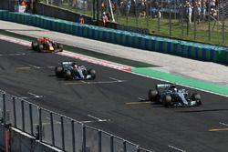 Valtteri Bottas, Mercedes-Benz F1 W08 Hybrid y Lewis Hamilton, Mercedes-Benz F1 W08 Hybrid cruzan la