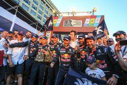Siegerjubel bei Peugeot Sport: Stéphane Peterhansel, Jean-Paul Cottret, Sébastien Loeb, Daniel Elena